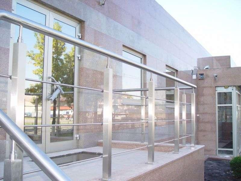 Ограждения из металла и стекла